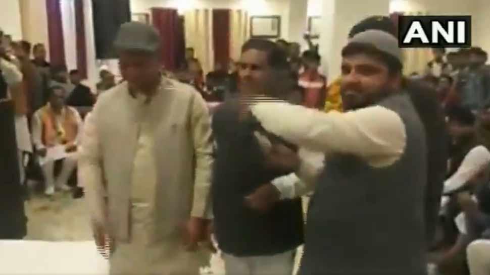 पुलवामा के शहीदों का श्रद्धाजंली कार्यक्रम में कांग्रेस नेताओं ने उड़ाए नोट और लगाए टुमके
