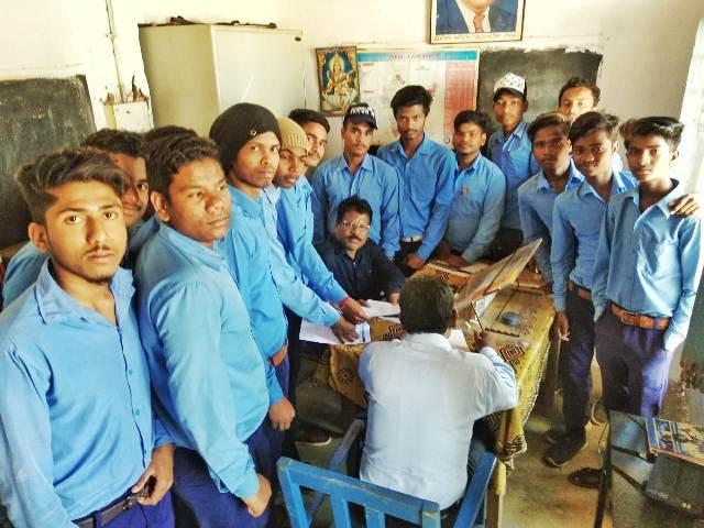 बुनियादी सुविधाओं के मोहताज छात्रों ने विद्यालय का घेराव कर प्राचार्य को सौपा ज्ञापन