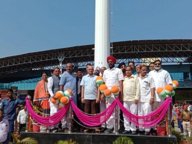 रायपुर रेलवे स्टेशन में फहराया गया 100 फीट उंचा तिरंगा झंडा,सीआरपीएफ के जवानो को दी गयी सलामी