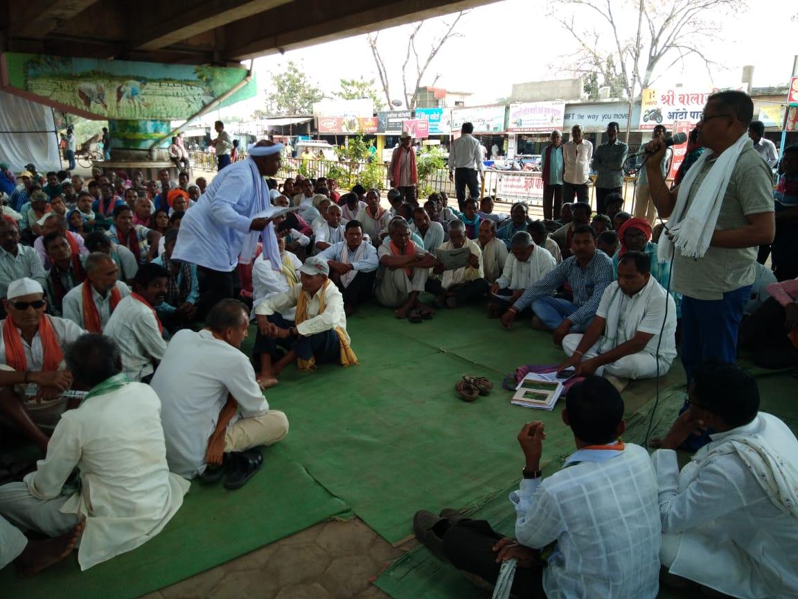 राजनांदगांव में वनाधिकार-जलाधिकार काे लेकर किसानाें का प्रदर्शन