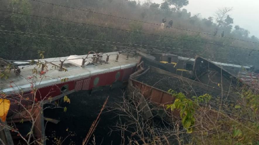 नक्सली हमला : धनबाद में नक्सलियों ने उड़ाया रेलवे ट्रैक, मालगाड़ी की 15 बोगियां डिरेल