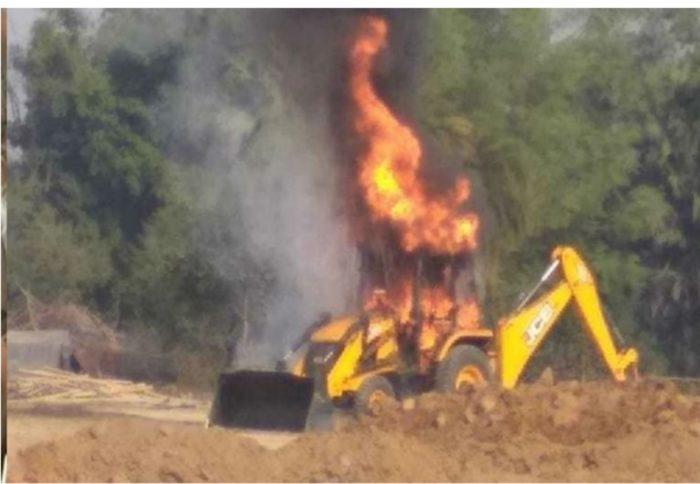 नक्सलियों ने सड़क निर्माण में लगी जेसीबी को लगाई आग, ड्राइवर का अपहरण