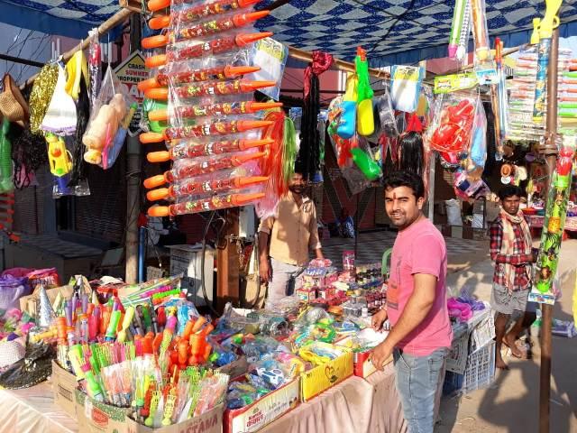 रंगों के त्यौहार के लिये सजा नगर का बाजार, केमिकल रंगों की अपेक्षा