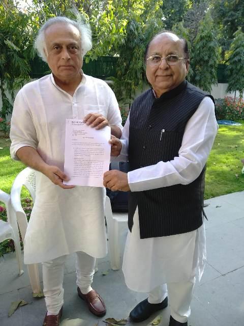 कांग्रेस घोषणा पत्र के चेयरमैन जयराम रमेश को रमेश वर्ल्यानी ने जीएसटी संबंधी सुझाव सौंपे
