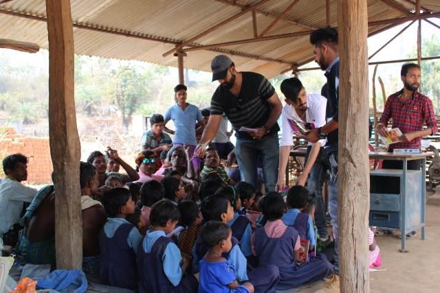 नारायनपुर के युवा नक्सल गॉंव में लगाई चौपाल और दिया बेहतर स्वास्थ्य, शिक्षा व स्वच्छता का संदेश
