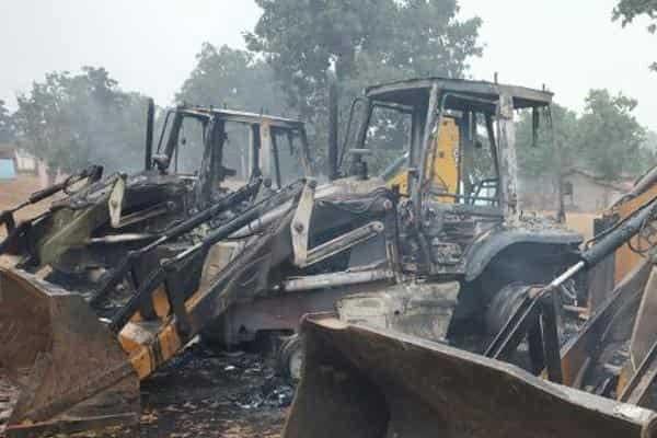 नक्सलियों ने बीती रात 4 ट्रैक्टर को आग लगाया