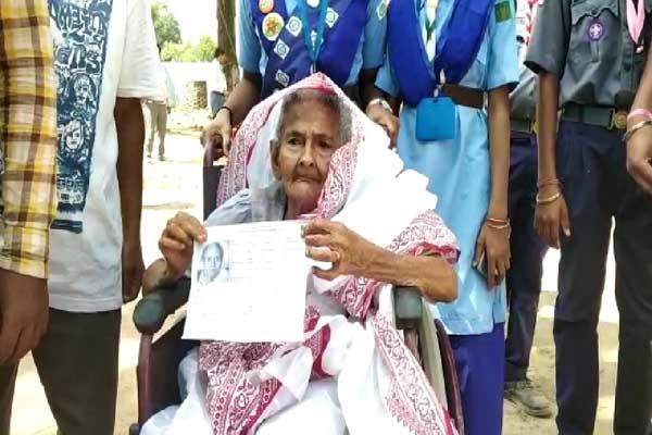 कोरिया में 110 वर्षीय बुजुर्ग महिला ने किया मतदान