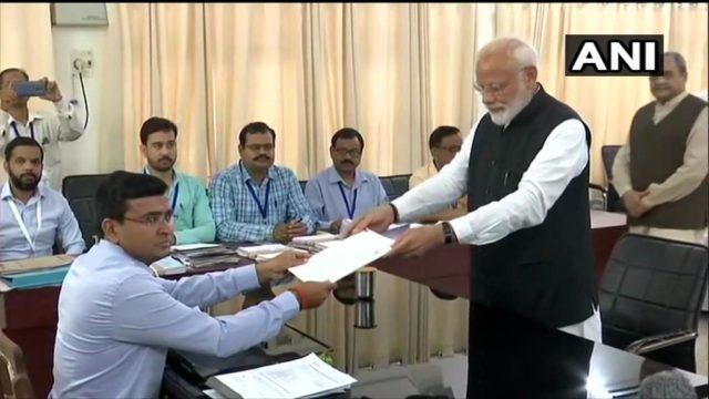 प्रधानमंत्री मोदी ने वाराणसी से भरा नामांकन