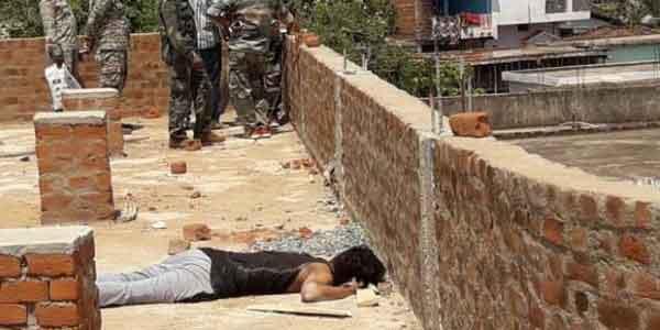 एक युवक की लाश उसी के घर के छत में मिलने से इलाके में हड़कंप मच गई