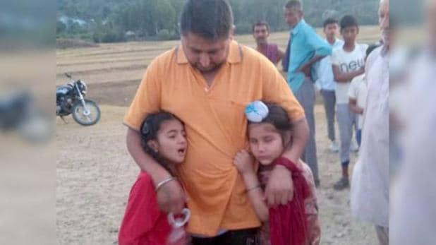 बेटियों को चलती बोट से झील में फेंका