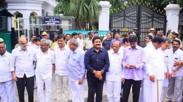 कांग्रेस-जेडीएस के 10 बागी विधायक सुप्रीम कोर्ट पहुंचे