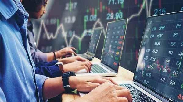 शेयर बाजार के खुलते ही सेंसेक्स में आई 300 से ज्यादा अंकों की गिरावट