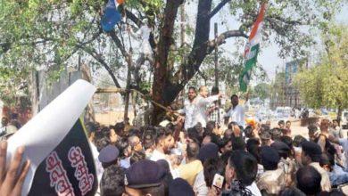 कांग्रेस कार्यकर्ताओं ने किया आयकर भवन का घेराव , कालीबाड़ी मंदिर के सामने पुलिस से हुई झूमाझटकी