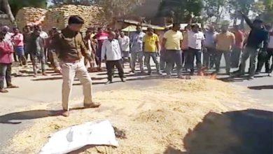 किसानों ने सड़क पर फेंके खरीदी के टोकन, धान को लगाई आग