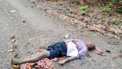 नक्सलियों ने की ग्रामीण की गला रेतकर हत्या बैनर पर्चे बरामद