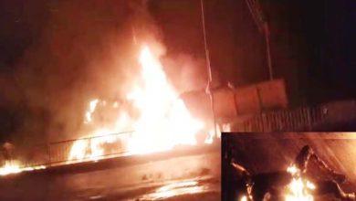 दो ट्रकों की भिड़ंत के बाद भीषण आग, 2 लोग जिंदा जले 2 घायल