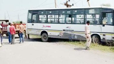 बिजली के खंभे से टकराई यात्री बस यात्री सुरक्षित