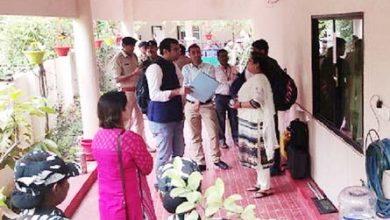 उप सचिव सौम्या के बंगले पर पहुंची इंकम टैक्स की टीम सील खोलकर शुरू की जांच