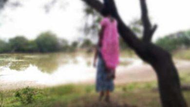घर के बाहर पेड़ पर लटकी मिली दो सगी बहनों की लाश