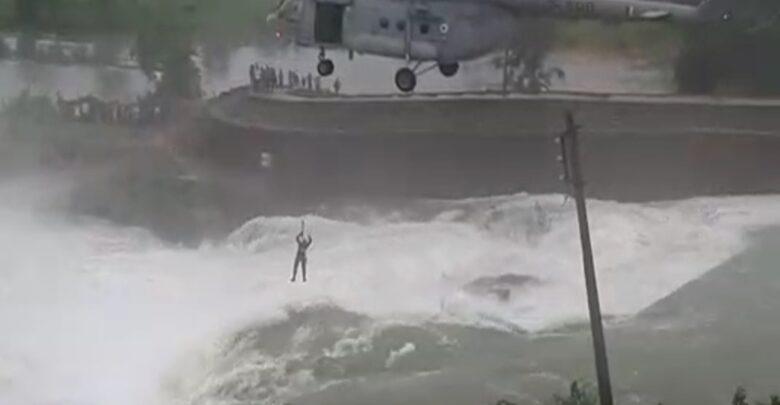 हेलीकॉप्टर से रेस्क्यू