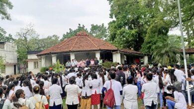 नर्सिंग छात्र छात्राओं का विरोध